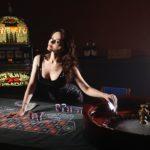 Nainen joka pelaa kasinolla