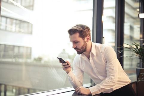 Yksi suurista nettikasinoita muokkaavista teknologisista kehityksistä on pelaamisen siirtyminen mobiililaitteille.